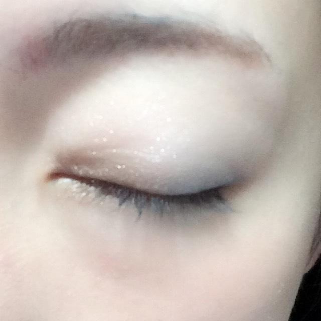 目尻にブルー、目頭にブラウンのシャドウを塗り、上からハイライトカラーのシャドウをアイホール全体に塗ります。