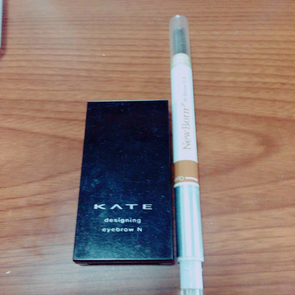 アイブロウ ニューボーンのペンシルで形を書いてパウダーでぼかしていきます。 KATEのデザイニングアイブロウで眉頭をぼかして、ノーズシャドウをいれて指でぼかしていきます。