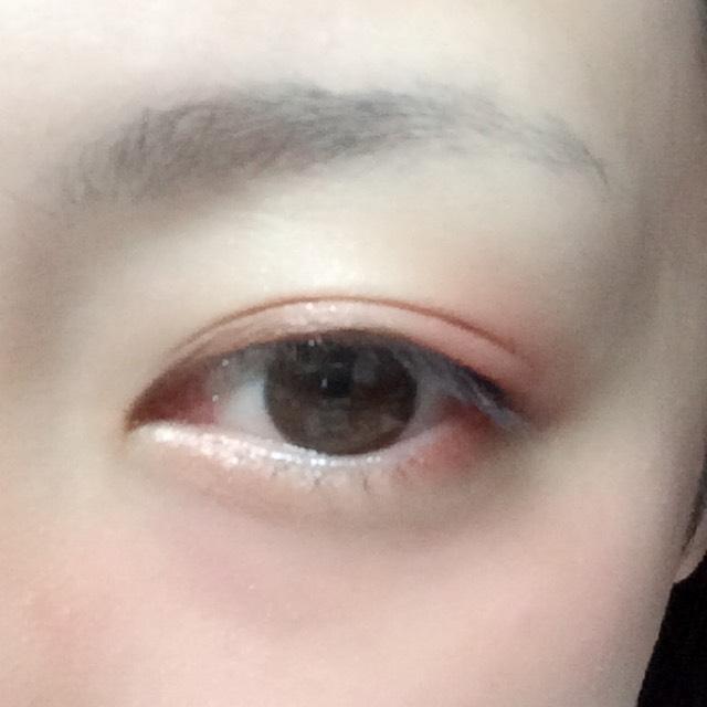 目の際目頭側に濃いめブラウン、目尻側に赤のシャドウを塗り、二重幅に淡いブラウン、その上からハイライトカラーを塗ります。 目の下も同様です。
