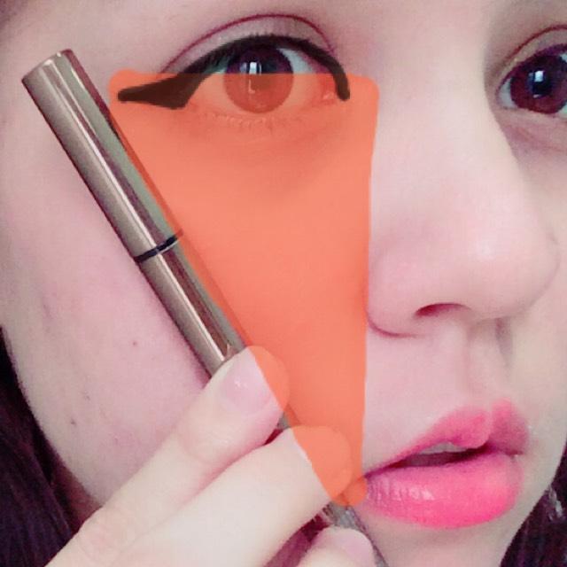 アイライン  口元に合わせて長めに引きます。 目頭のラインも口元に垂直に伸ばした範囲で引きます。