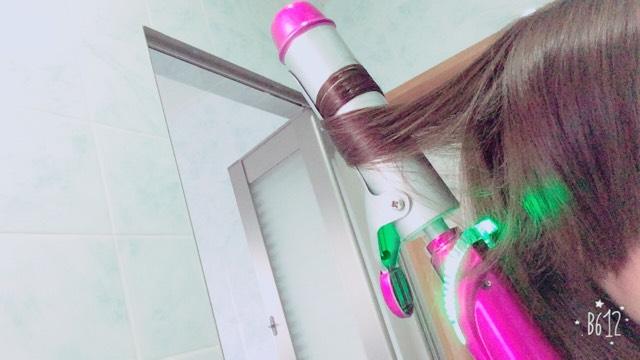 それを繰り返します。  髪の毛が多い方は上下に分けてピンで止めて巻くとやりやすいです