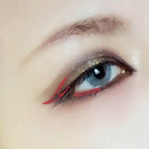 赤のジェルライナー ☞目尻のリキッドラインと二重ラインを繋げる。 下は目尻だけ、生え際に沿って入れる。