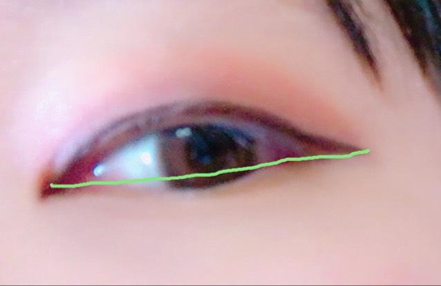 アイラインを引きます。目頭と目尻の高さがだいたい同じくらいになるように引きます。 ここで使うのは茶色!茶色を使うことで優しい印象に仕上がります(^^) (太く引きすぎてもきつくなりにくいです✨)