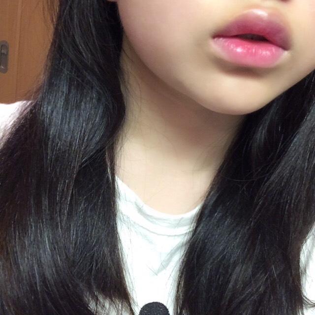 元々の唇の色味をリップコンシーラーで消してからちふれの赤リップを唇の内側だけにポンポン塗って外側と馴染ませる