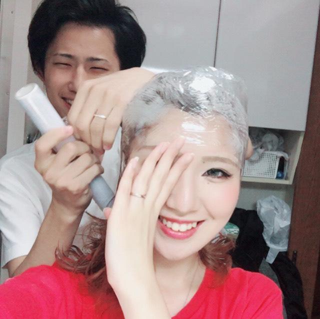 毛先は色を残し、 上だけ暗きしようと(グラデーション)、彼氏に染め粉を塗ってサランラップを巻いてもらった結果…。