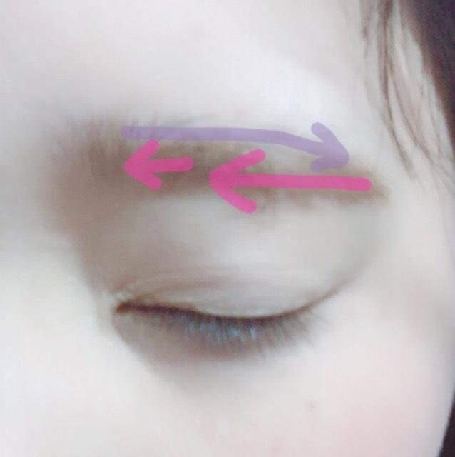 眉マスカラを逆毛を立てるようにし整え塗ります