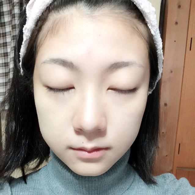 ハイライトをおでこ、鼻筋、目の下、ほうれい線、顎に塗ります。 小鼻にはノーズシャドウも塗ります。