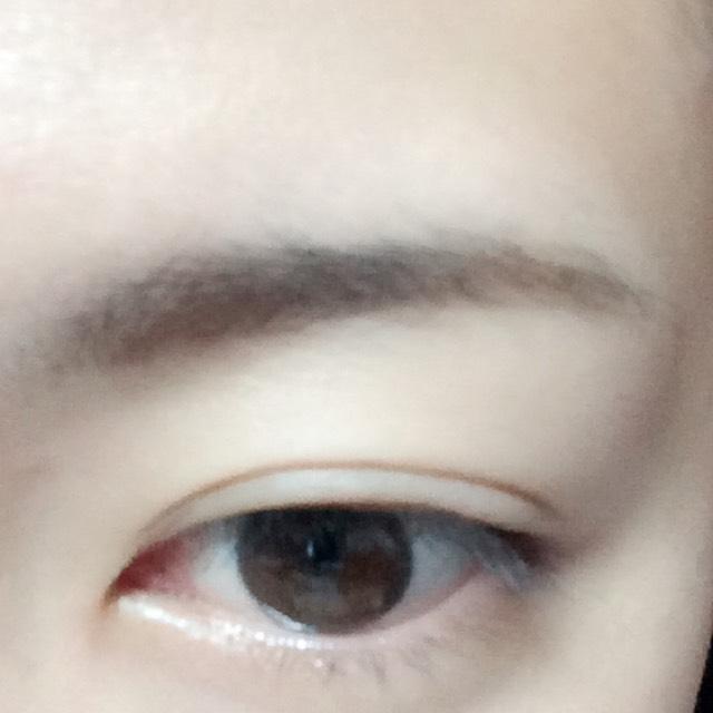 眉頭にパウダータイプのアイブロウ、眉尻にペンシルタイプのアイブロウで眉毛を書きます。