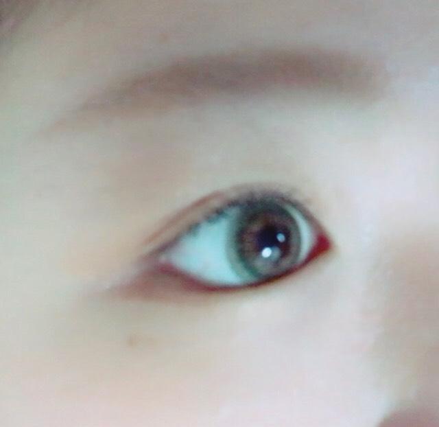 全体的にシャドウは薄め。眉毛も髪色より明るい色に! エスティローダーのリップを塗ったら完成!