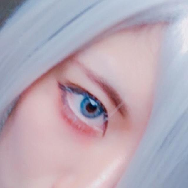 眉毛をなるべくまっすぐ細くかきます。 カラコンは韓国のMOONというとこのものです(´・ω・`) 涙袋から少しはみ出すように赤リップを手に取り塗っていきます。 ※普段リップとして使ってないもの マスカラをぬり、Can Doのホワイトマスカラをちょんちょんとのせます