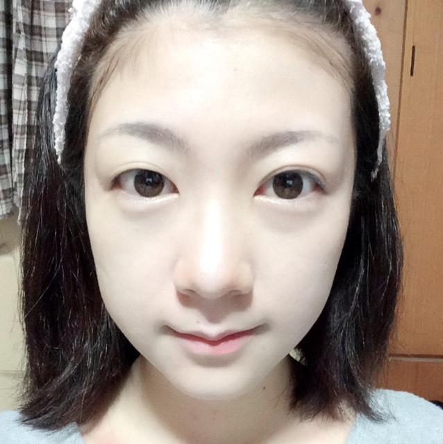 ハイライトカラーをおでこ、鼻筋、目の下、顎に塗ります。