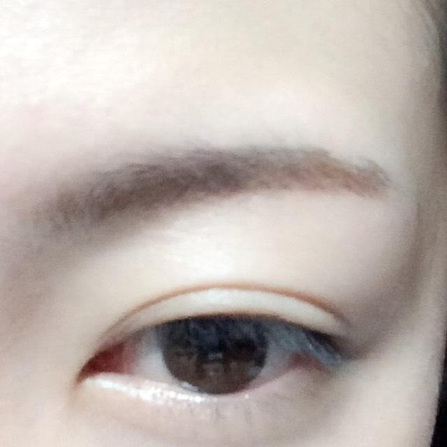 眉頭はパウダーアイブロウ、眉尻はペンシルアイブロウで眉毛を書きます。