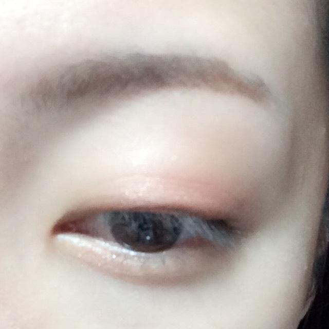 アイホール全体にハイライトカラーを、目のキワに濃いめブラウン、二重幅に淡いブラウン、目尻側に赤のシャドウを塗ります。 目の下には淡いブラウンを塗ります。