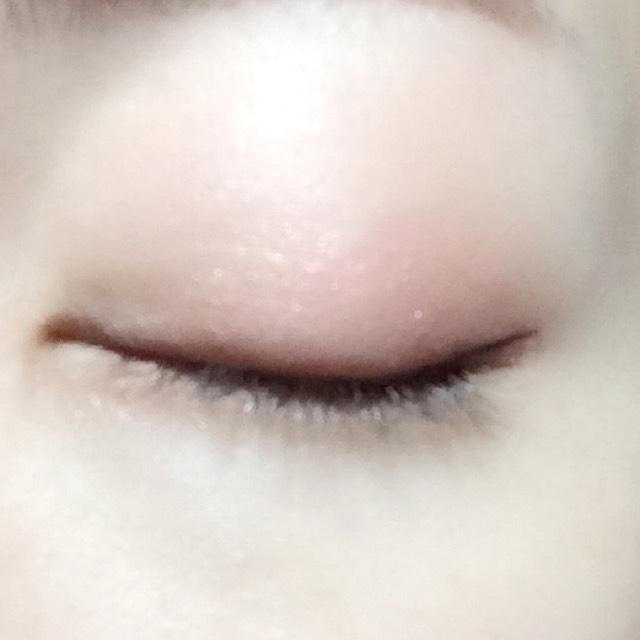 目尻側にリキッドアイライナーでラインを細く長く引きます。
