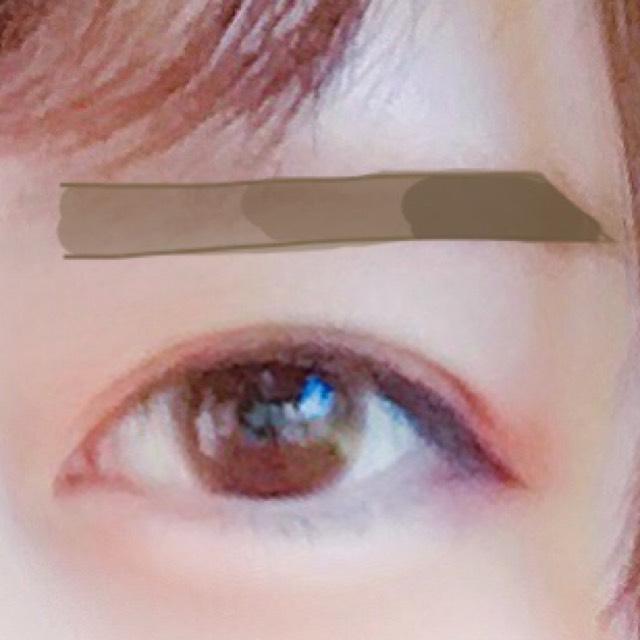 眉は...  ペンシルで平行眉を描いた後パウダーで眉尻にいくにつれ濃くなるようにボカしながら書きます。  眉マスカラで全体を塗り、ブラシで毛並みを整えます。