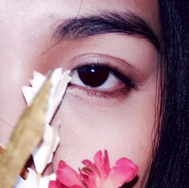 目元はブラウンシャドウのグラデーション 下瞼には眉ペンシルなどで囲んでいます(茶色)ライナーは長く引かないでまつ毛のある部分のみ