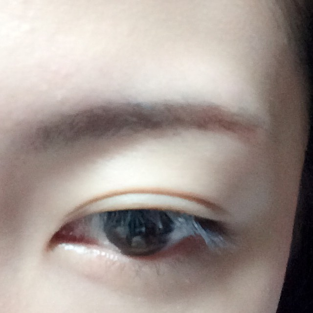 眉頭にパウダーアイブロウ、眉尻にペンシルアイブロウで眉毛を書きます。