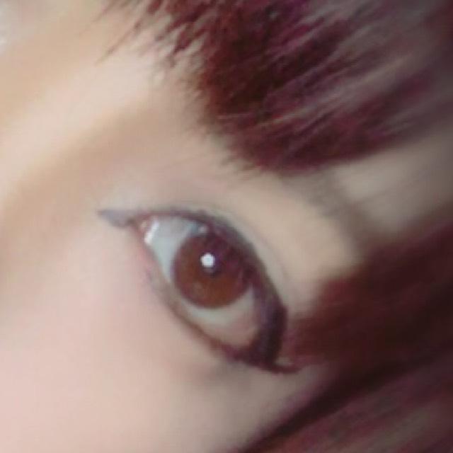 目は アイテープ2枚ばり  アイラインは 下のラインは伸ばして 跳ね上げる。  目頭には赤色シャドウ