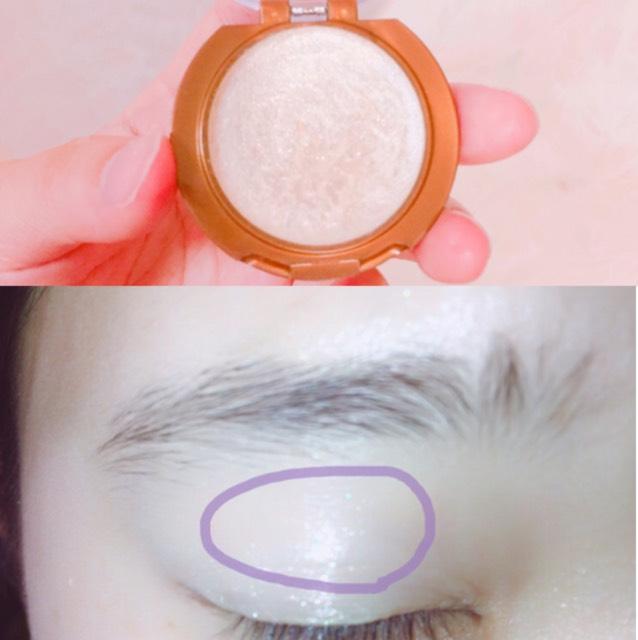 ベースは仕上げてあります。 クリームアイシャドウを黒目の上あたりに塗ります。 目の際、端っこには塗りません。中央のみです