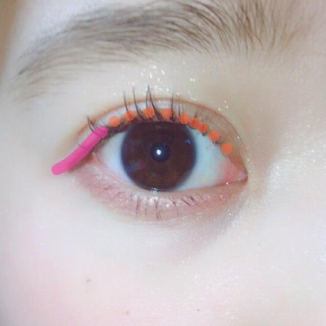 まつげの間を目の下同様ちょんちょんとブラシを立てて塗ります。 インライン代わりです!  目尻をリキッドで少したれ目に書きます
