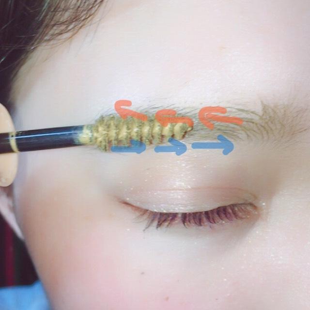 マスカラは青が①、毛並みに逆らうように地肌につけないように塗ります オレンジ②、上方向を意識するように毛並みを整えていきます