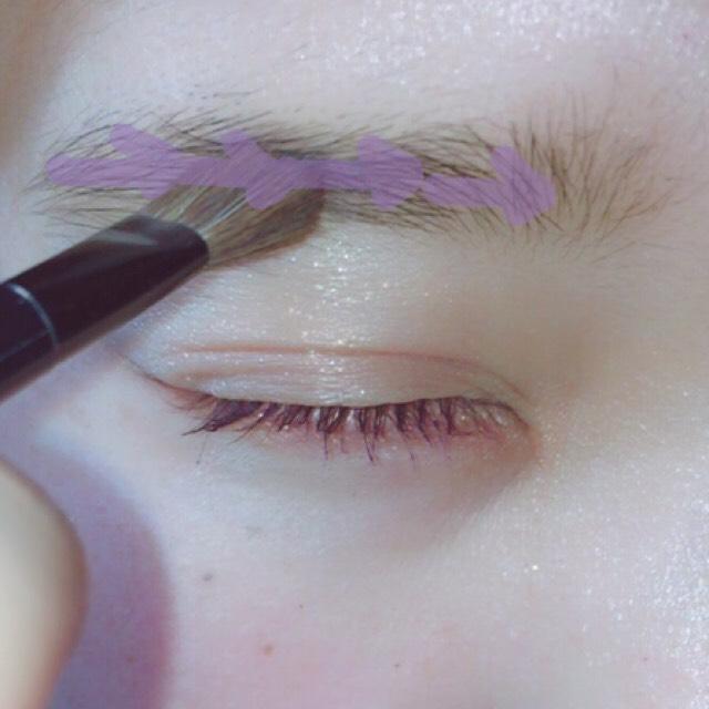 ケイトのパウダーを使い、眉頭の方から眉尻へ付属の太い方のブラシを立てて使い書きます。 今流行りのボサまゆを意識してます