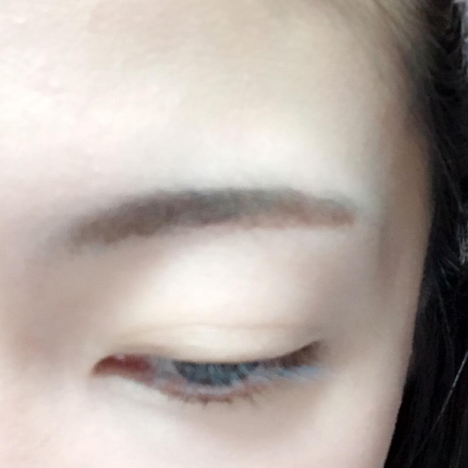 眉頭をパウダーアイブロウ、眉尻をペンシルアイブロウで眉毛を書きます。