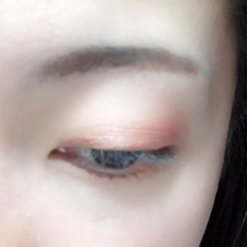 目尻にくすみのある赤、二重幅と目の下に淡いブラウンを塗り、上まぶたにハイライトカラーを塗ります。