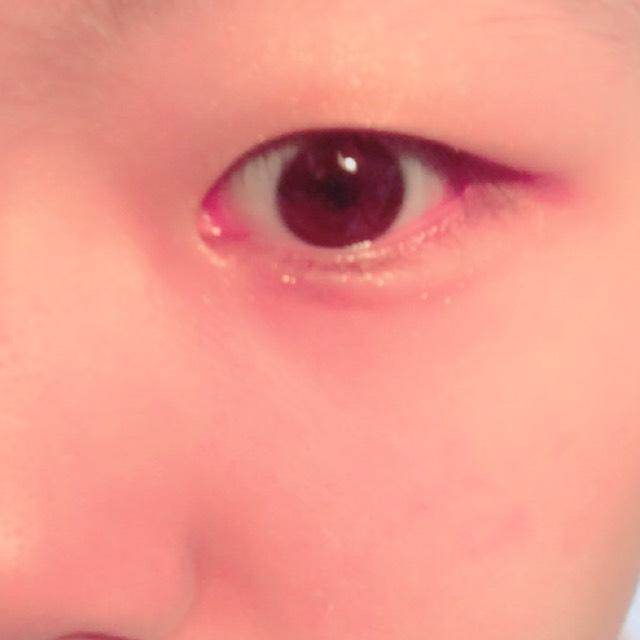 アイシャドウです。 リンメルのショコラスウィートアイズ001を使っています。 まずは一番薄い色をアイホール全体に塗って、次に二番目に薄い色を二重幅よりやや広めに塗った後、その下にある色をアイラインがわりに、目のキワに入れます。 涙袋は、一番右下にあるキラキラを涙黒目の下だけにポンポンと軽くのせたあと、2番目に濃い色でうすーく影をつけます。