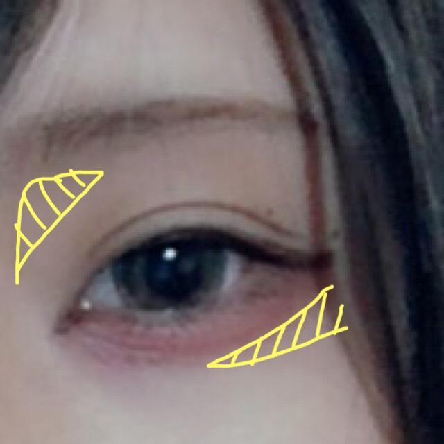 黄色の斜線部分を濃い色と真ん中の色を混ぜて塗ります  鼻の付け根(?)は指にとって塗り込む感じで、涙袋の影は筆を細く使って気持ち程度で。 濃くしすぎるとクマになります