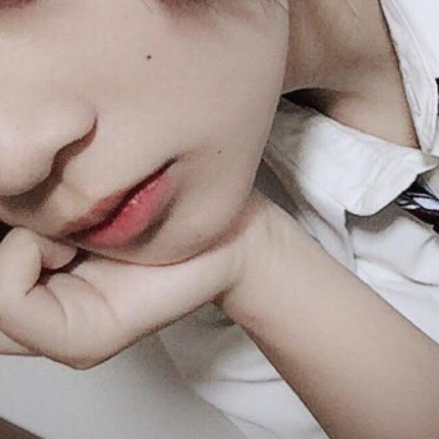 唇は目の下に使ったクリームチークを真ん中だけに乗せてぼかしてます  唇の色を消す時は透明なリップを塗ってパウダー状のファンデーションを数回外側にポンポンするくらいにしておくと自然だと思います やりすぎると怖い
