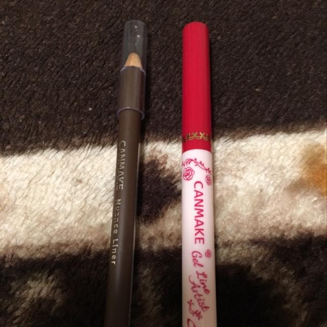 ニュアンスライナーのブラウンを黒目の上と下に塗ります。ジェルラインアーティストは目尻から黒目の手前まで塗っています。