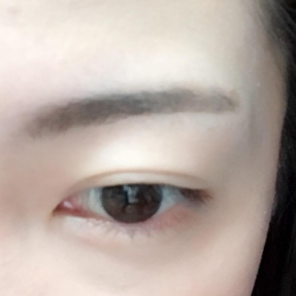 パウダーアイブロウで太めに眉毛を書きます。