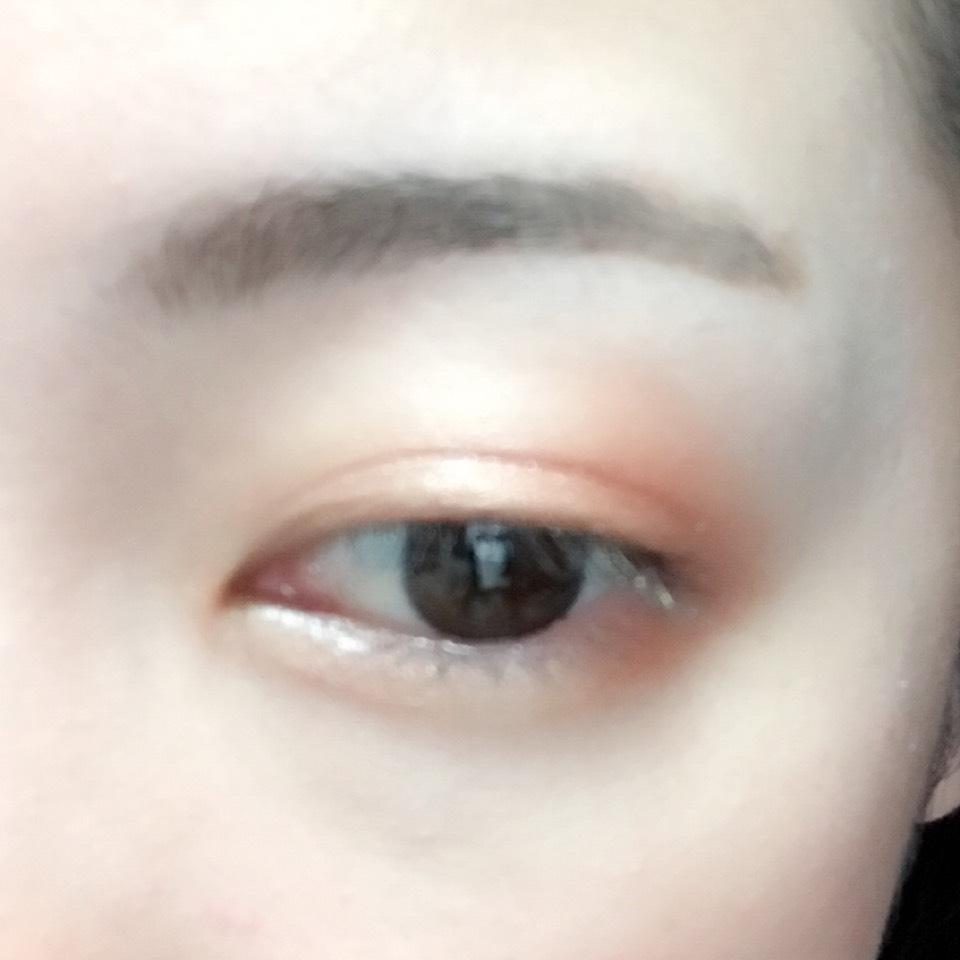瞼と目の下の目尻側にオレンジのシャドウを指で塗ります。 目頭側にはハイライトカラーを入れます。