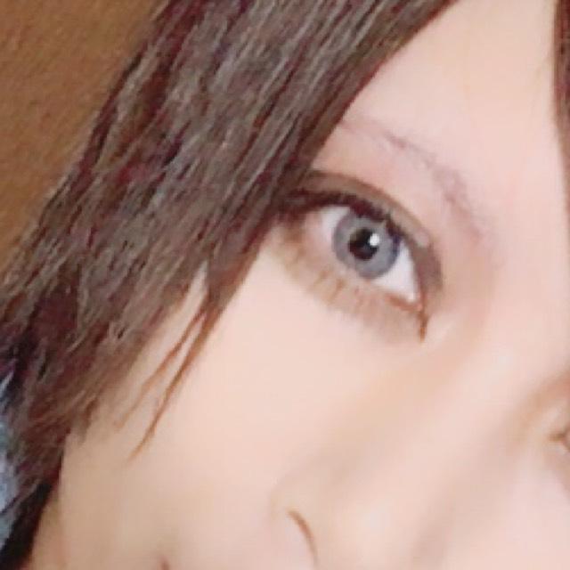 眉毛はなるべく消してアイシャドウは薄く塗ります。 インラインと目頭をしっかり書いて、目頭は特に気持ち長めにくの字にします