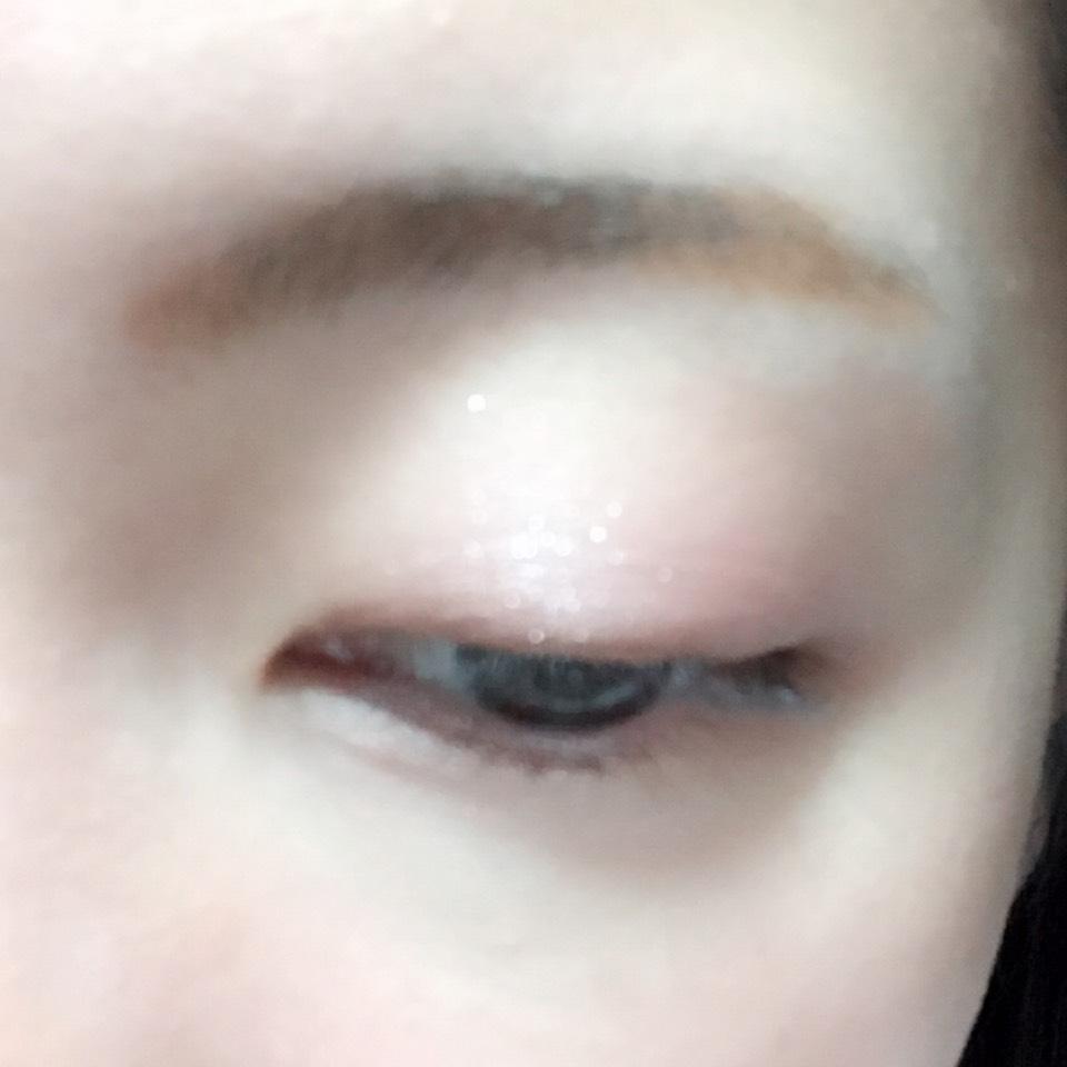 インテグレートトリプルレシピアイズ(ピンク)の濃いめブラウンを目の際に、ピンクを二重幅とアイホールの目尻側に指で乗せます。 その上からツヤ感のあるハイライトカラーを乗せます。 目の下は普通のハイライトカラーを塗ります。