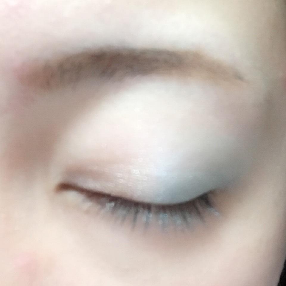 アイホール全体にインテグレートのウォーターバームシャドウのブルーを塗り、目尻にパウダーシャドウで淡めのブルーを、目頭側には淡めのブラウンを乗せます。