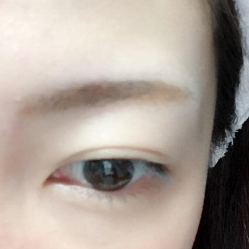 パウダーアイブロウで太眉気味に眉毛を書きます。