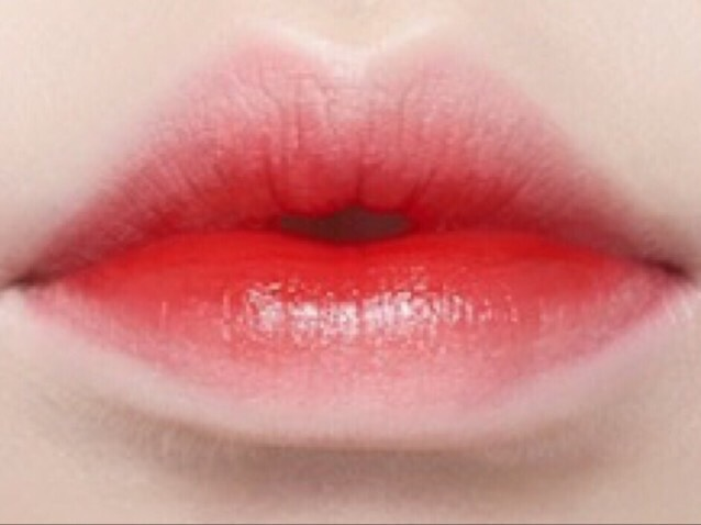 まずは、ティントの説明をしておきます。 ティントは、「唇を染める」という意味があり、その名の通り、落ちにくく、落とせたとしても、色素が多少唇にのこります。 また、この写真のような、内側が濃いからといってティント、というわけではないので要注意!