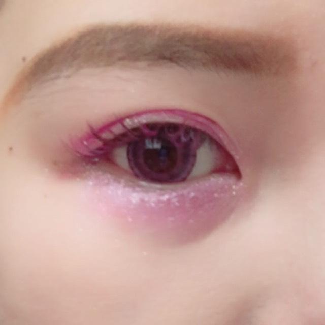上まぶたと下まぶたにピンクのアイシャドウをぬります
