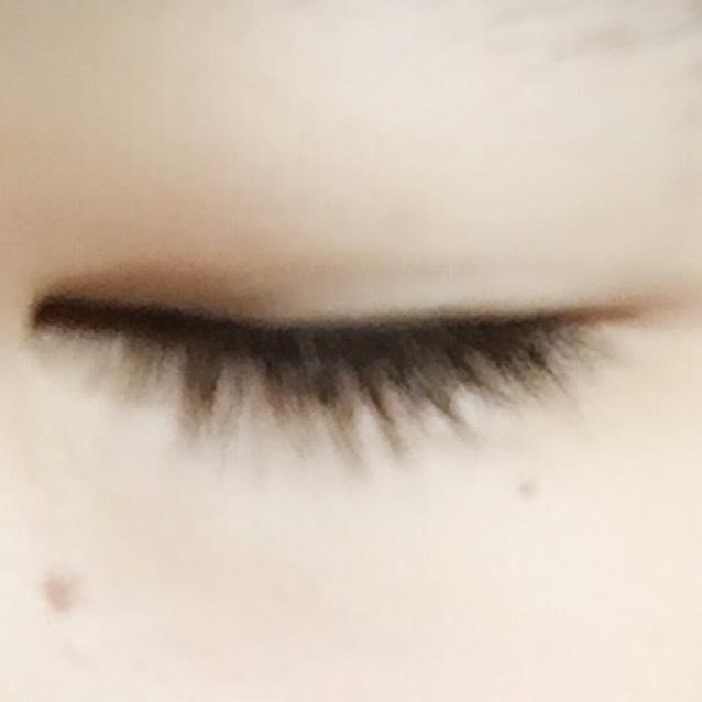 目をつむるとこんな感じ。普通二重の人は目をつむってアイラインを引くと思うんですけど、このような場合はまぶたが目の中にくい込んでうまく引けない…んです(˚ ˃̣̣̥⌓˂̣̣̥ )