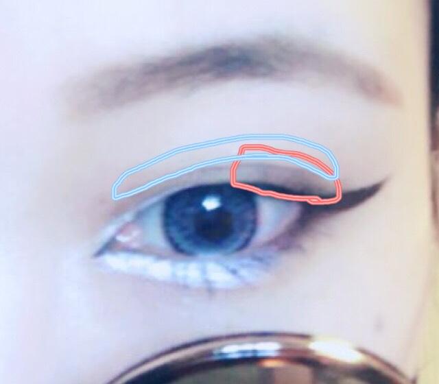 シャドウは目尻にだけ濃い黒いシャドウをのせます。 ブラックに近いブラウンでも代用できます。 二重のラインを強調するために、自分の二重ラインに合わせて、アイブロウで二重のラインを書いてください。