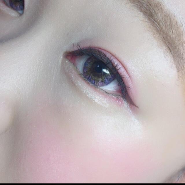 下瞼も目尻から少しだけ赤のアイシャドウをいれます。涙袋には白のラメの強いシャドウを。