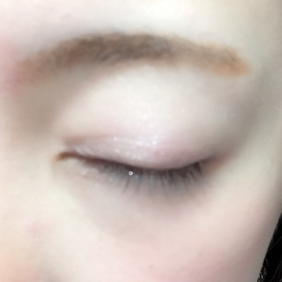 目のキワに濃いめブラウン、二重幅にピンクを塗り、その上からハイライトカラーをアイホール全体と目の下に乗せます。