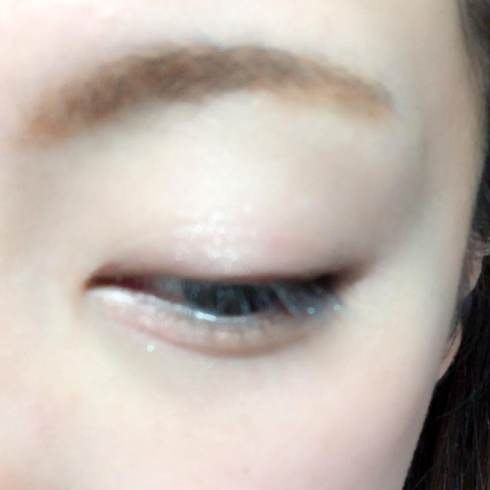 目のキワと目の下目尻側に濃いめブラウンを塗り、二重幅と涙袋に淡いピンクを塗ります。 アイホール全体にハイライトカラーを塗ります。