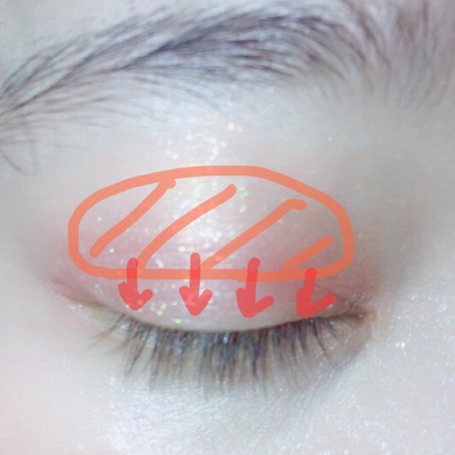 中心にオレンジを塗り、二色混ぜた赤の方を二重の線から下へブラシで塗ります