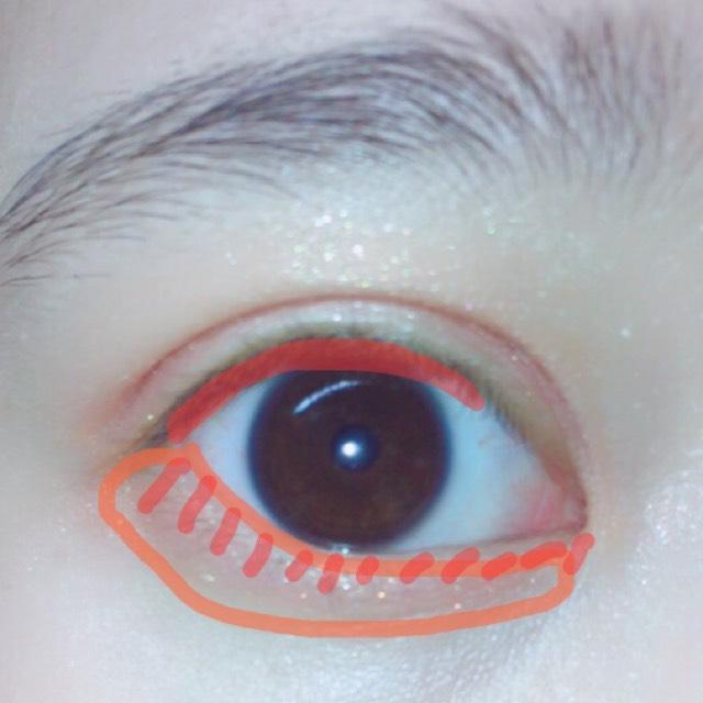 細いブラシでまつげの間を埋めて、涙袋はオレンジを先に塗りその上から細く赤を塗ります