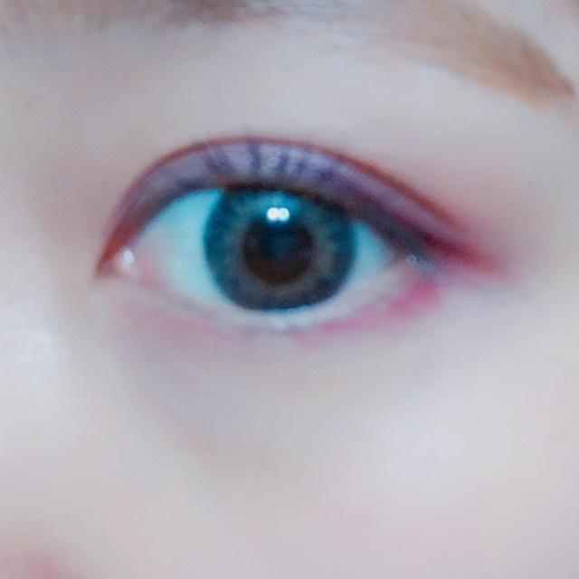 次に③を上瞼のキワに細くぬり、④は下瞼のキワ全体に薄くぬります