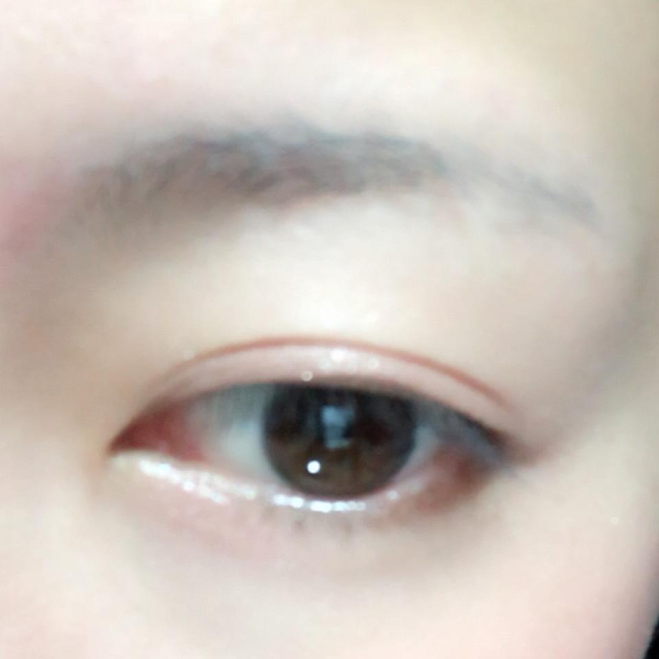 目の際にブラウン、目の下と二重幅にピンクを塗り、アイホール全体にハイライトカラーを塗ります。