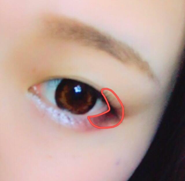 目尻にくの字で赤いクリームチークをのせる。 指で載せてぼかすと自然にできます。